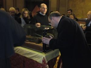 Frei admira esqueleto de Santo Antônio em redoma de cristal