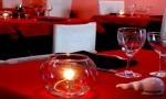 Velas nas mesas e saleiro-espermatozóide